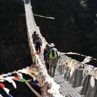 Local made bridge trekking in Nepal | Heike Krumm